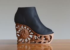 Designer LanVy Nguyen explores the timeless beauty of ancient Vietnamese wood art to create beautiful modern shoes that are handcrafted by artisans. You can buy your own pair on Etsy. More fashion via My Modern Met Fancy Shoes, Unique Shoes, Crazy Shoes, Me Too Shoes, Shoe Boots, Shoes Heels, Pumps, Flip Flops Damen, Mode Shoes