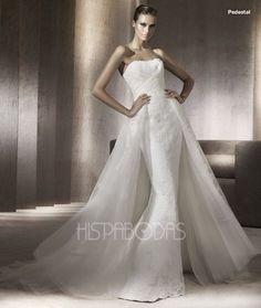 Modelo Pedestal. Coleccion Costura Vestidos de Novia 2012 Pronovias. Modelo linea recta con encaje y cola vaporosa y con gran volumen.