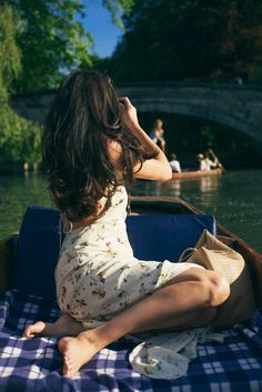 An Afternoon in Cambridge - The Londoner // love this photo with the people in the background that Rosie is photographing.