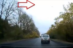 Un OVNI provoque un accident de voiture - YouTube
