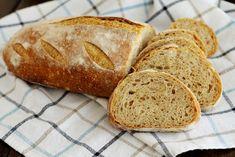 La preparazione del Pane con farina buratto e pasta madre richiede lunghi tempi di lavorazione ma il risultato è un pane molto buono e dalla crosta spessa.