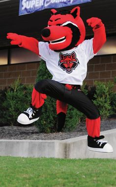 Howl - Arkansas State Red Wolves Mascot Somehow, I miss Chief Big Track (Lanny Dale Johns, are you still out there? Football Usa, College Football, Baby Wolves, Red Wolves, Arkansas State University, Sun Belt, Sports Advertising, Little Sport, Team Mascots