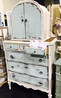 love this old shabby chic chest