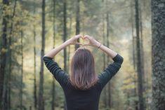 Luonnossa ei tarvitse suorittaa hiki päässä. Vaikka et tekisi muuta kuin kävelisit metsän reunaan hengittämään, olet jo tehnyt itsellesi hyvää. Jo viisi minuuttia metsässä riittää kohentamaan mielialaa. 20 minuuttia metsässä auttaa muun muassa laskemaan verenpainetta ja stressihormoni kortisolin määrää.