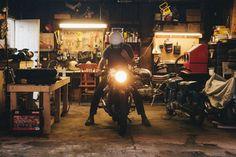 Garage old school . Garage Shed, Man Cave Garage, Garage Workshop, Dream Garage, Garage Studio, Garage House, Workshop Ideas, Garage Doors, Motorcycle Workshop