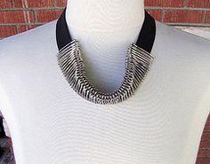 DIY Tutorial Safety Pin Elastic Necklace. #diy #crafts #tutorial #fashion #necklace #safety_pins