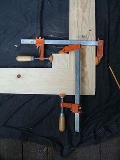 vierkant stuk hout geklemd vanuit twee invalshoeken als je niet beschikt over een hoek klem hebben