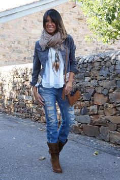 Love everything about this out but THOSE BOOT! | Stylish outfit ideas for women who love fashion!