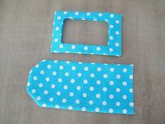 Depuis que j'ai vu le patron pour faire des étiquettes de bagage de Studio Cherie , j'ai eu envie d'en faire quelques uns pour nous. Après ... Fabric Bags, Felt Fabric, Small Sewing Projects, Sewing Crafts, Retreat Gifts, Sew Wallet, Creation Couture, Sewing Kit, Bag Patterns To Sew