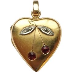 Beautiful Victorian gold locket circa This lovely heart-shaped locket from the Victorian era is crafted in yellow gold. It has an elegant and simple design consisting of a Gold Heart Locket, Heart Locket Necklace, Locket Charms, Antique Locket, Antique Jewelry, Vintage Jewelry, Body Jewelry Shop, Jewelry Stores Near Me, Cheap Jewelry
