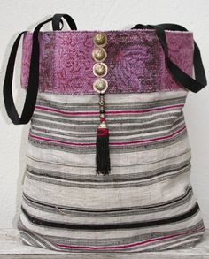 Hmong hemp tote bag met tribal details by KussenvanPaula on Etsy My Bags, Purses And Bags, My Style Bags, Diy Handbag, Handmade Purses, Boho Bags, Linen Bag, Patchwork Bags, Fabric Bags
