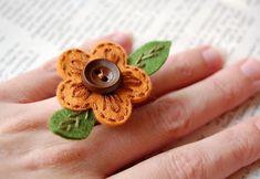 mirar que anillo más chulo con un trocito de fieltro y un botón ;) #DIY