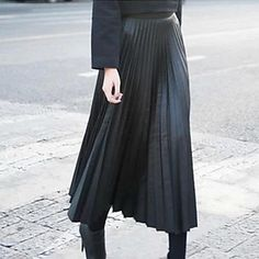 While floaty chiffon and elegant maxi pleats were top choices for the warmer months. Fitted Skirt, Pleated Skirt, Sartorialist, All Black Everything, All About Fashion, Chiffon Dress, Minimalist Fashion, What To Wear, Sexy