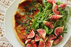 Déliacious : La tarte Tomates mozzarella, et sa ribambelle de roquette aux figues et pignons de pin [gluten free]