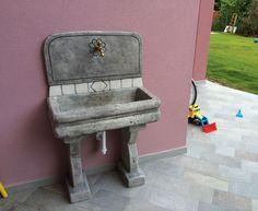 Lavello per esterno, finitura: antichizzato. Località: La salute di Livenza (Venezia).