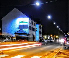 Iserlohn am Abend #Iserlohn #Strassenfotografie #streetphotography #Sauerland #Aussenwerbung #Plakat #Plakatwerbung #OutofHome #OoH #Großflächen #Plakatfläche #Werbeträger #Außenwerbeträger #laterne #strassenbeleuchtung #Billboard #nikonofficials #Nachtfotografie #night #gorillapod #Langzeitbelichtung