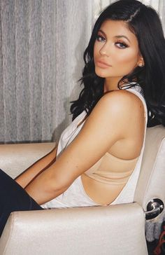 Happy 18th birthday to Kylie Jenner! She only looks 53!