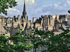 Vista panorámica de la ciudad medieval de Edimburgo desde Princess Street