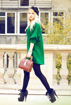 White clothes for summer summer love Oversized kelly green sweater, tights & booties Mode Style, Style Me, Kelly Green Sweater, Green Cardigan, Traje Casual, Looks Street Style, Look Chic, Pulls, Autumn Winter Fashion