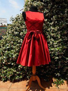 75fe35b2f666 Abito corto da cerimonia in duchesse di seta rossa con applicazioni di  pizzo, cocktail dress
