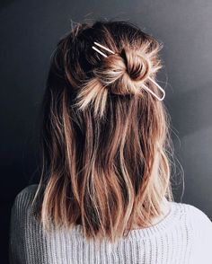 Hair Styles 2018 Easy styling for a lazy Friday! It's the weekend Discovred by : Byrdie Beauty Messy Hairstyles, Pretty Hairstyles, Hairstyle Ideas, Hairstyle Short Hair, Hair Inspo, Hair Inspiration, Good Hair Day, Second Day Hair, Gorgeous Hair