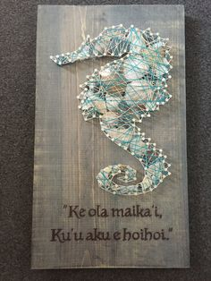 12x24 string art piece. Sea shells in the sea horse make this perfect! Saying can be modified as well as the highlight string color, tho I have no idea what that says nor what language it is in.