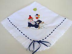 Manta de Piquet bordada palhacinho (azul marinho), com bordado inglês.    Por ser uma peça leve, a manta de piquet pode ser utilizada para envolver o seu bebê em todas as estações do ano. Essa manta não tem forro e o bordado inglês não é franzido.    Tamanho: 70 x 80 cm    Tecido: Piquet - 100% a...
