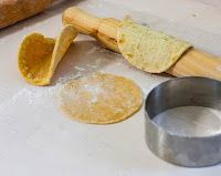 La Ricetta Perfetta: Impasto per Tacos Tacos, Tex Mex, Rolling Pin, Finger Foods, Sweet Potato, Sushi, Food And Drink, Rolls, Potatoes
