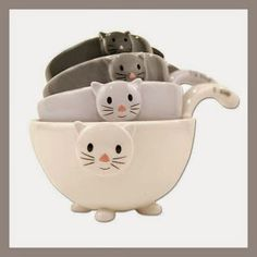 Cat Ceramic Measuring Cups/ Baking Bowls There are 4 size cups: 1/4 cup, 1/3 cup, 1/2 cup, 1 cup. For liquid measure only. Not for dry measuring. http://theceramicchefknives.com/ceramic-measuring-cups/