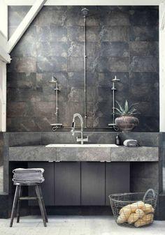 Sanitarios de baño / mueble lavabo baño / grifería baños / iluminación baño: #Baño #industrial de tonos grises y blancos. La pared de #cerámica y la encimera de mármol. #decoración #baños #desing #bathroom