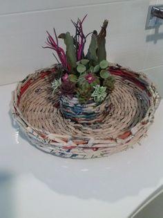 cesto intrecciato con vasetto centrale di piantine grasse in porcellana fredda
