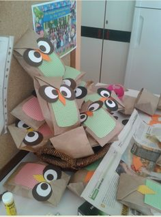 """...Το Νηπιαγωγείο μ' αρέσει πιο πολύ.: Η σοφή κουκουβάγια λέει... """"Καλώς ήρθες παιδάκι στο Νηπιαγωγείο"""". Δωράκι για την πρώτη μέρα. Καλή χρονιά σε όλους. Preschool Education, Kindergarten Crafts, 1st Day Of School, Back To School Gifts, Diy Party Gifts, September Crafts, Welcome To School, Diy And Crafts, Crafts For Kids"""