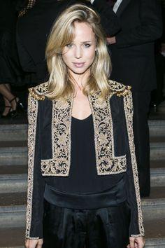 La blogueuse de mode suédoise Elin Kling fête l'École des Beaux-Arts en portant un boléro de la Ralph Lauren Collection Automne 2013