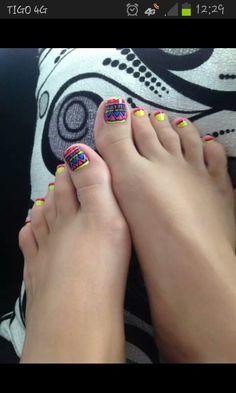 Uñas pies decoradas colores encendidos.