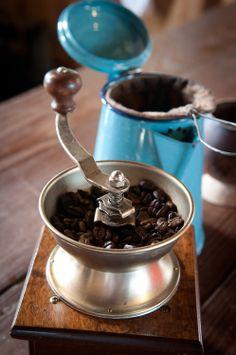 Moledor de cafe con granos y colador. Coffee grinder with grains.