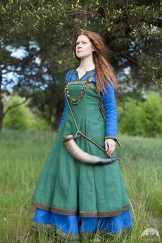 Tablier en lin, tenue viking « Ingrid la Maîtresse du foyer ». Disponible en : lin vert, lin bleu, lin noir, lin naturel, lin brun :: ArmStreet Plus