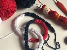 Další z video návodů, jak zabavit dítka doma. Pomocí pletací panenky si vyrobte dlouhou dutinku, kterou můžete použít na korále či jiné další projekty. Bracelets, Handmade, Jewelry, Fashion, Moda, Hand Made, Jewlery, Jewerly, Fashion Styles