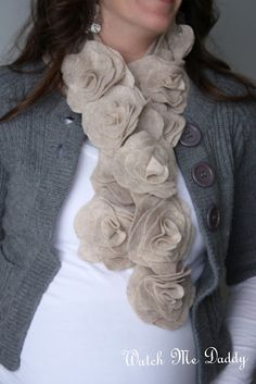Watch Me Daddy: Felt Flower Scarf Tutorial Echarpe en feutrine Felt Flower Scarf, Felt Flowers, Fabric Flowers, Floral Scarf, Felt Roses, Crochet Flowers, Mode Style, Style Me, Hair Style