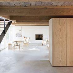 カナダの建築デザイン事務所、Scott & Scott Architects が手がけたのは、1950年代に建てられたという、北バンクーバのとあるお宅のリノベーション。 オーナーが趣味で集めた、美しい陶器の食器コ …