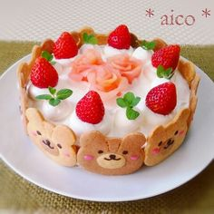 Kawaii cake with strawberries and cookie bear faces. Creative Cakes, Creative Food, Cute Food, Yummy Food, Sweet Recipes, Cake Recipes, Kawaii Dessert, Cute Desserts, Bear Cakes