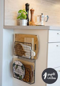 Home Decor For Small Spaces wire baskets for storage - chopping board holders.Home Decor For Small Spaces wire baskets for storage - chopping board holders Diy Kitchen Storage, Diy Kitchen Decor, Diy Home Decor, Small Kitchen Organization, Kitchen Themes, Diy Decoration, Bathroom Organization, Pantry Diy, Kitchen Decorations