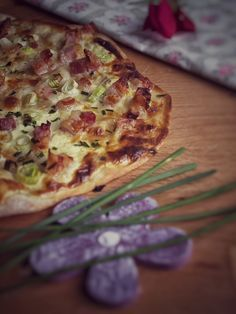 Knuspriger Dinkel Flammkuchen mit Zwiebel und Speck Clean Recipes, Keto Recipes, Cooking Recipes, Healthy Recipes, Cooking Ideas, Quiche, Pizza Snacks, Weight Gain Meal Plan, Healthy Deserts