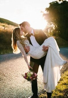 Wedding Poses Must Have Wedding Pictures - See our list of must have wedding pictures you should remember to capture on your wedding day. Romantic Wedding Photos, Wedding Pics, Wedding Bells, Wedding Ideas, Romantic Weddings, Trendy Wedding, Rustic Wedding, Dress Wedding, Wedding Band