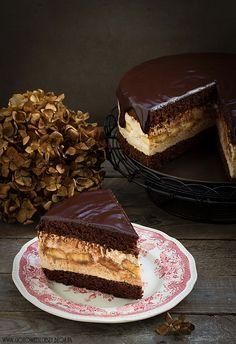 Schokoladenkuchen mit Mousse, Kaffee und Bananen