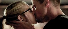 Arrow season 3 premiere: tremendous episode (époustouflant) - article photogeniques.fr [Olicity kiss, Oliver Queen, Felicity Smoak, Stephen Amell, Emily Bett Rickards, gif]
