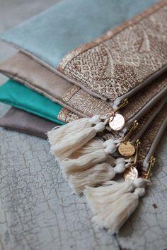 Madame Zouzou — Pochette *PRAIA* vert d'eau Bildungsniveau in Großbritannien Fabric Handbags, Fabric Bags, Diy Clutch, Clutch Bag, Pochette Diy, Potli Bags, Fabric Wallet, Diy Bags Purses, Crochet Bags