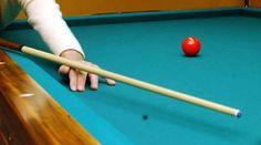 Il biliardo è un gioco che si esegue su una tavola rettangolare, perfettamente orizzontale, coperta di un panno verde, e recinta di sponde sporgenti