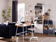 Ein Heimarbeitsplatz mit LILLÅSEN Schreibtisch mit einer Tischplatte aus Bambus und Stahlbeinen in Weiß und einem weißen Drehstuhl