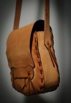 Для того, чтобы сшить такую сумку, совсем не обязательно покупать кожу, для работы можно использовать старую кожаную куртку, плащ или юбку. Можно использовать то, что вы уже не носите. Сумочка сшита в…