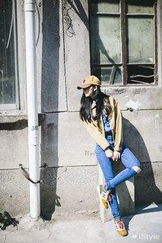 baseball cap + windbreaker + skinny jeans + New Balance sneakers : tomboy style, Street Style